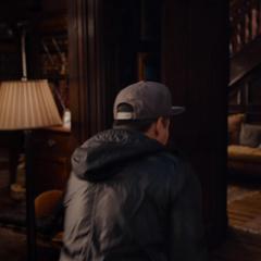 Luis se asusta al ver a Lang encogido.