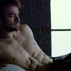 Murdock despierta en su apartamento destrozado.