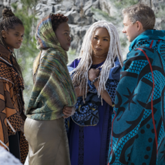 Shuri, Nakia, Ramonda y Ross buscan a M'Baku.