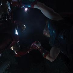 Stark intenta darle un golpe a Thor.