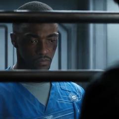 Wilson escucha a Stark hablarle sobre Zemo.