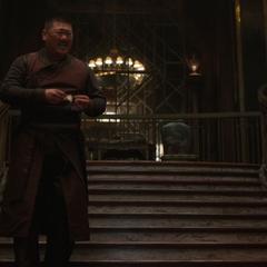 Wong le dice a Strange que sólo tiene un dólar y medio.