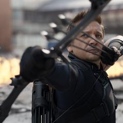Barton a punto de lanzarle flechas a Stark.