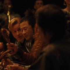 Hogun y Fandral escuchan las historias de Volstagg.