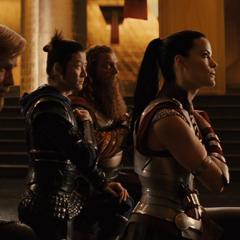 Fandral y sus aliados se arrodillan ante Loki.