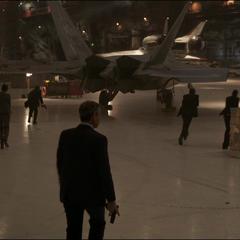 Talos despliega a sus agentes en el hangar de las instalaciones.