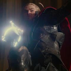 Thor a punto de atacar a Malekith con el Mjolnir.