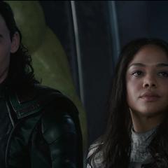 Loki y Brunnhilde ven a Thor decidir a dónde dirigir la nave.