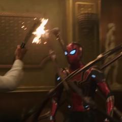 Parker usa sus patas de araña para desarmar a los delincuentes.