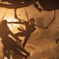Mantis es mantenida a salvo por Parker de los meteoritos.