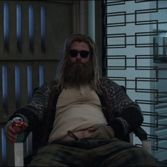 Thor a punto de contar la historia deL Éter.