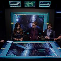 Coulson y el equipo tratan de entender la situación.