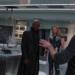 Fury discute con los Vengadores acerca del Teseracto.