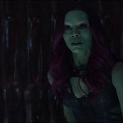 Gamora se sorprende al ver la muerte de Thanos.