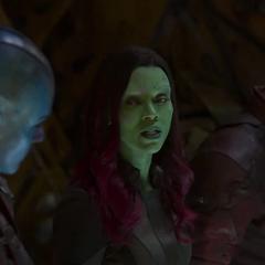 Gamora en la nave junto a Nebula y Quill.