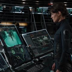 Hill viendo el interrogatorio de Loki.