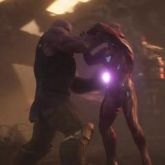 Thanos a punto de golpear a Stark con la Gema del Poder.