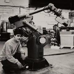 Stark construye a Dum-E en el taller de su padre.