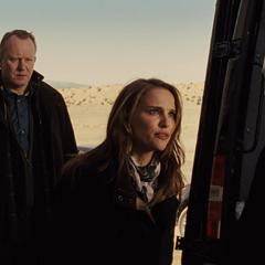 Foster regaña a Coulson por allanar su laboratorio.