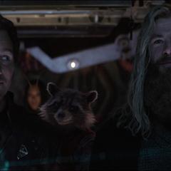 Rocket se ríe de Quill y Thor.