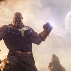 Thanos lanza una luna contra los héroes.