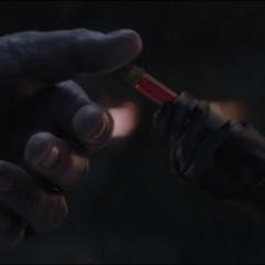 Thanos recibe un frasco de las Partículas Pym.