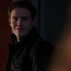 Fitz le sonríe a Simmons.