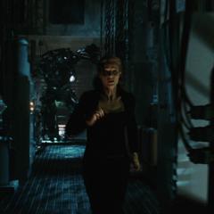 Potts huye de Stane tras ser encontrada.