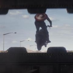 Rogers logra escapar con su motocicleta.