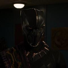 T'Chaka como Pantera Negra llega a Oakland.