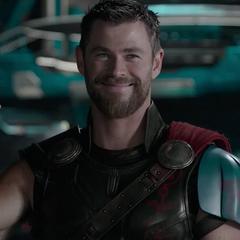 Thor activa el Disco de Obediencia que colocó en Loki.