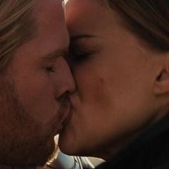 Foster besa a Thor antes de que se vaya.