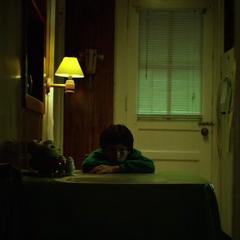 Murdock esperando en el apartamento de su padre.
