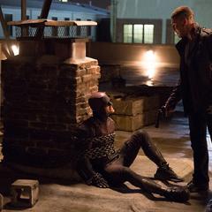 Daredevil y Punisher debatiendo sobre la justicia.