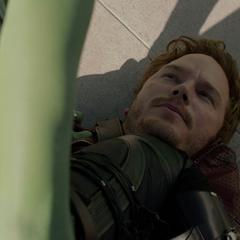 Quill a punto de ser asesinado por Gamora.