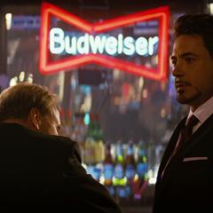Stark le habla a Ross sobre los últimos acontecimientos.