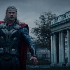 Thor llega a Greenwich para detener a Malekith.