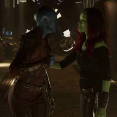 Nebula es detenida por Gamora.