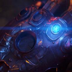 Thanos coloca la Gema del Espacio en el Guantelete.