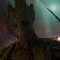 Groot crea una espiga con sus ramas para despertar a Drax.