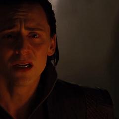 Loki aprende de su verdadero pasado por Odín.