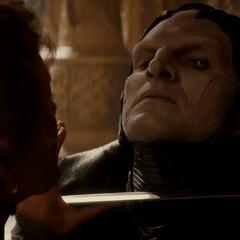 Malekith es vencido y amenazado por Frigga.