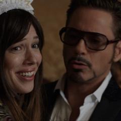 Stark se dirige con Hansen a su habitación de hotel.
