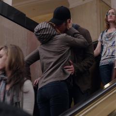 Rogers y Romanoff se besan para desviar la atención.