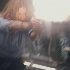 Sharon en un intento de detener a Rumlow.