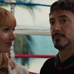 Potts le habla a Stark de Rushman.