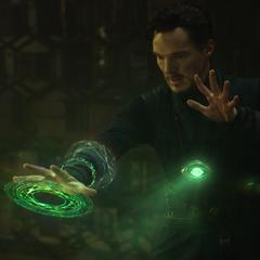 Strange utiliza el poder del Ojo de Agamotto.