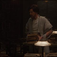 Wong se despide de Strange después de darle los libros.
