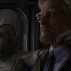 Pym es encontrado por Fantasma.