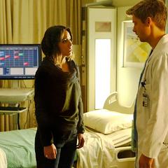 Johnson visita a Campbell en el hospital.